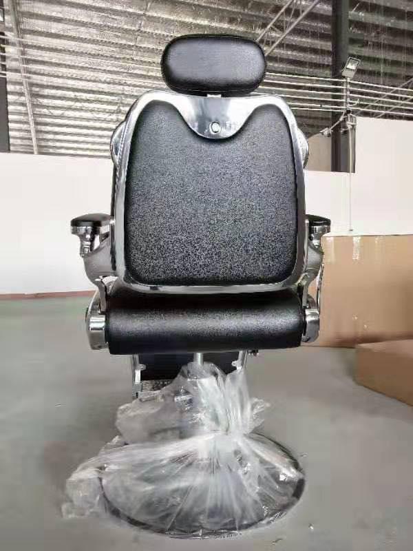 Mặt sau ghế, với phần tựa đầu dễ dàng điều chỉnh